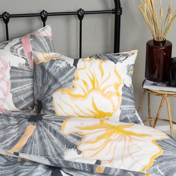 Keltainen ja vaaleanpunainen tyynyliina, ohutta perkaalipuuvillaa