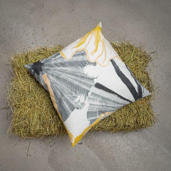 Fish Pondin ajaton keltainen tyynynpäällinen heinäpaalin päällä