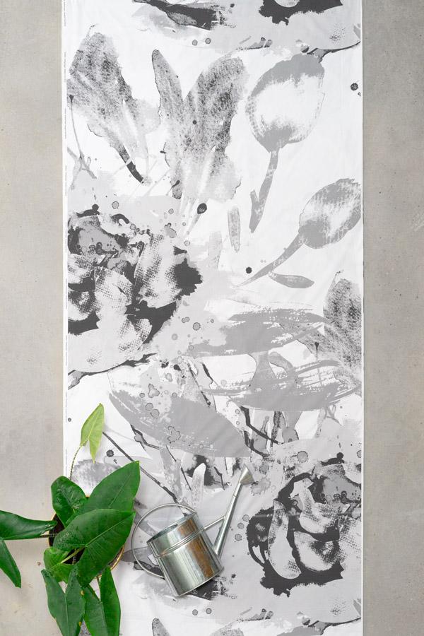 Graafinen harmaa verho suurella kukkakuviolla