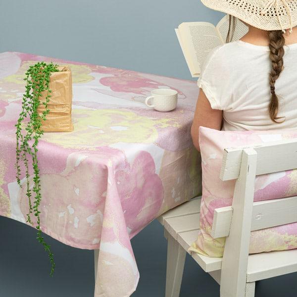 Suomessa valmistettu pöytäliina, vaaleanpunainen